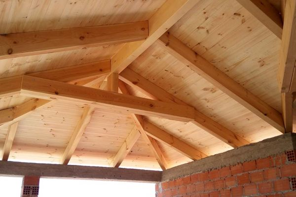 Εμφανής στέγη με πλανισμένη ξυλεία στο Λαύριο Αττικής