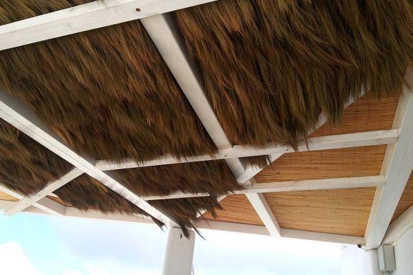 Πέργκολα με σύνθετη ξυλεία στη Καλντέρα της Σαντορίνης