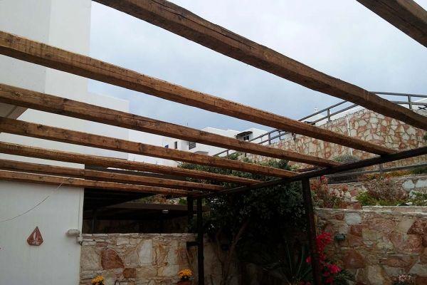 Πέργκολα με πελεκητή ξυλεία, τράβα και καλάμι λυγαριάς στο Σούνιο Αττικής