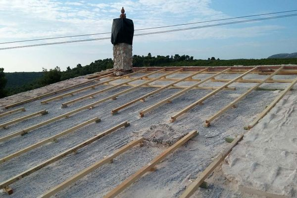 Σκελετός στέγης σε πλάκα μπετόν στο Βαρνάβα Αττικής