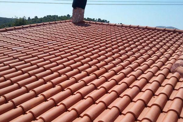 Στέγη με κόκκινα κεραμίδια στο Βαρνάβα Αττικής